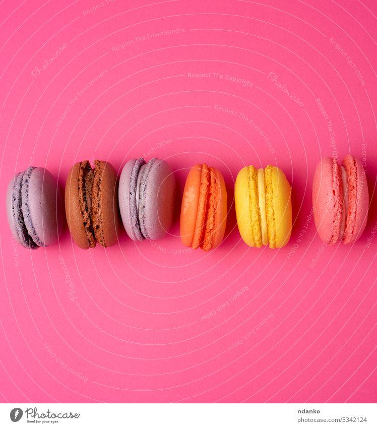 bunte gebackene Makronen Kuchen Dessert Süßwaren Ernährung frisch lecker oben braun gelb rosa Farbe Tradition Macaron Schaumgebäck Backwaren Mandel sortiert