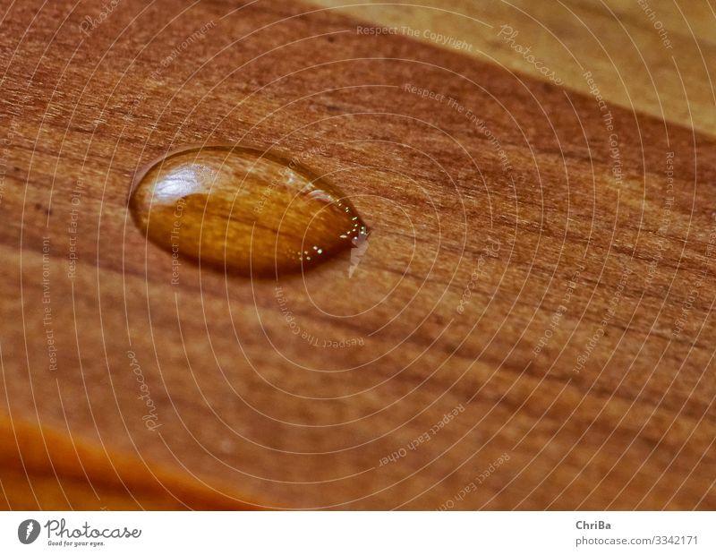 Wassertropfen auf Holz Lebensmittel Trinkwasser Möbel Holzplatte Holzfußboden Versiegelung Parkett Bodenbelag wasserfest Tropfen nah braun Schutz ästhetisch