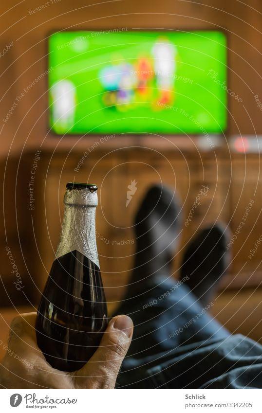 Sport trinken Ballsport Sportveranstaltung Fußball Fußballplatz maskulin Mann Erwachsene Leben Hand Finger 1 Mensch 45-60 Jahre Medien Fernsehen Fernseher
