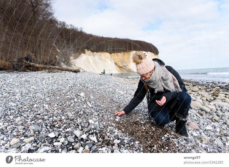 Lieblingsmensch   auf Schatzsuche an der Steilküste Thementag Rügen Insel Kreidefelsen Steinstrand steinig Strand Küste Küstenstreifen Ostsee Meer Außenaufnahme