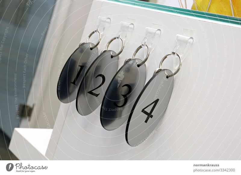 Schlüsselanhänger, eins, zwei, drei, vier 1 2 3 4 Ziffern & Zahlen glänzend nah rund silber Sicherheit Farbfoto Gedeckte Farben Innenaufnahme Nahaufnahme