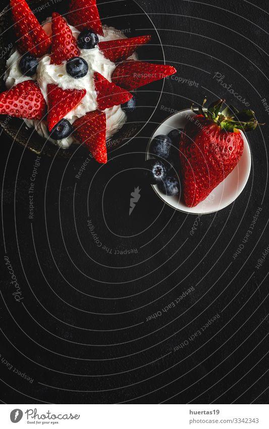 Gesunde Erdbeeren Erdbeeren mit Sahne und Heidelbeeren Lebensmittel Gemüse Frucht Ernährung Vegetarische Ernährung Diät Schalen & Schüsseln Gesunde Ernährung