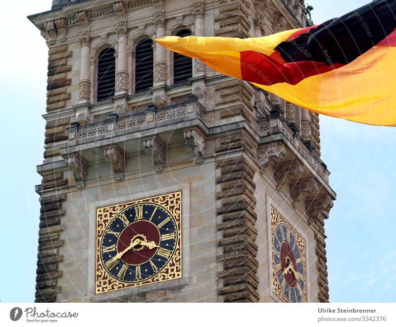 Uhr am Hamburger Rathaus mit Deutschlandflagge Tourismus Ausflug Sightseeing Städtereise Europa Hafenstadt Stadtzentrum Turm Bauwerk Gebäude Architektur Fassade
