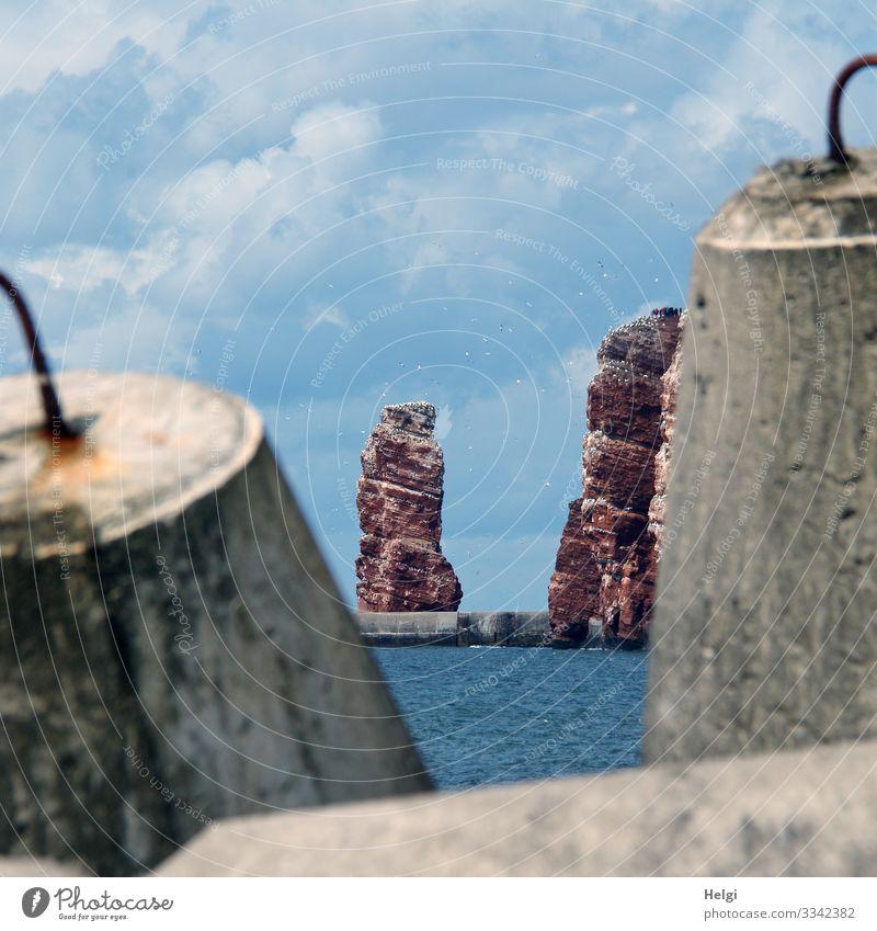 """durch Wellenbrecher aus Beton schaut man auf die """"Lange Anna"""" und die roten Felsen von Helgoland Ferien & Urlaub & Reisen Tourismus Meer Umwelt Natur Landschaft"""