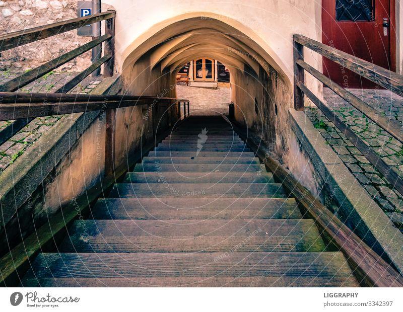 Der ABGANG! Architektur Umwelt Dorf Stadt Altstadt Platz Mauer Wand Treppe Stein Holz alt entdecken Blick braun Leiter Wege & Pfade gehen gefährlich Angst