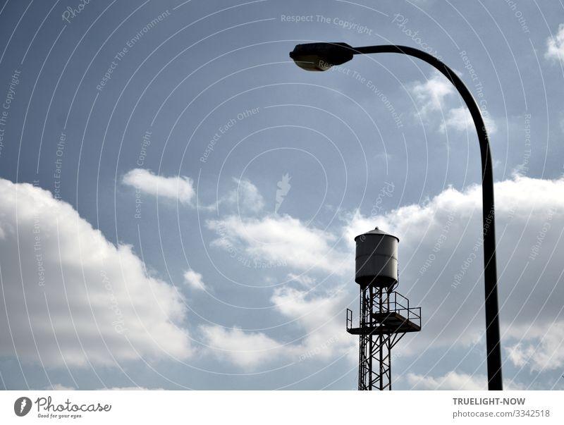 Alter Wasserspeicher auf Eisengerüst (Film-Kulisse im Filmpark Babelsberg) mit viel Himmel und Wolken und einer Bogenlampe Westernfilm Reservoir alt