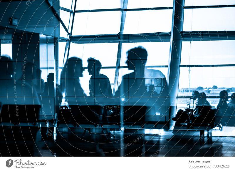 Menschen, die mit Flughafen-Silhouetten reisen Leben Ferien & Urlaub & Reisen Ausflug Business Gebäude Architektur Verkehr U-Bahn Abflughalle warten modern blau