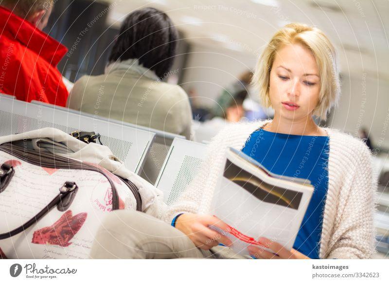 Frau liest eine Zeitschrift, während sie wartet. schön Freizeit & Hobby lesen Ferien & Urlaub & Reisen Tourismus Ausflug Luftverkehr Mensch Erwachsene Zeitung