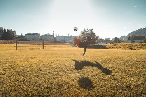 Früh übt sich im Fallrückzieher Freude Freizeit & Hobby Fußball Sport Sportler Fußballplatz maskulin Junge Kindheit 8-13 Jahre springen authentisch