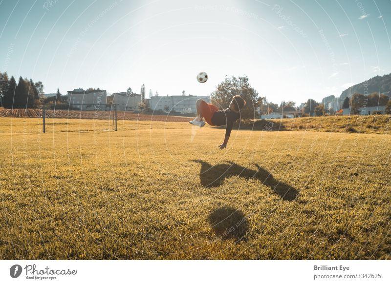 Früh übt sich im Fallrückzieher Kind Freude Sport Junge außergewöhnlich Freizeit & Hobby springen maskulin Luft Kraft Kindheit Erfolg authentisch Fußball