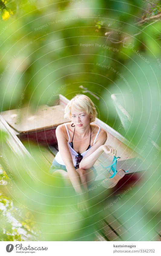Frau Mensch Natur Sommer schön grün Landschaft Baum Erholung Blatt Freude Lifestyle Erwachsene gelb Umwelt natürlich