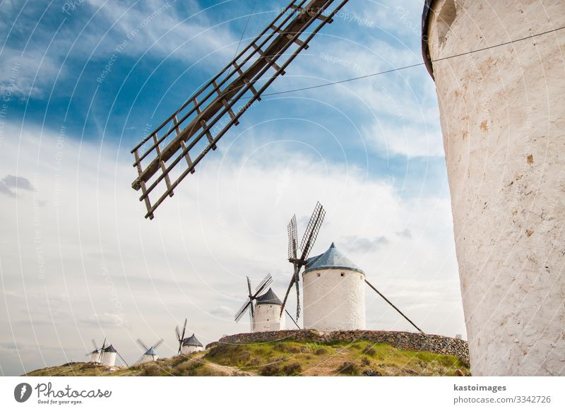Alte Windmühlen in La Mancha. Ferien & Urlaub & Reisen Tourismus Sommer Berge u. Gebirge Haus Kultur Umwelt Natur Landschaft Pflanze Wolken Blume Gras Gebäude