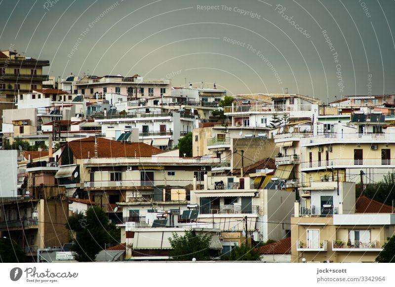 Häuser am Hügel in Chalkida Städtereise Himmel Sommer Klimawandel schlechtes Wetter Griechenland Stadtzentrum Fassade authentisch eckig modern viele Wärme