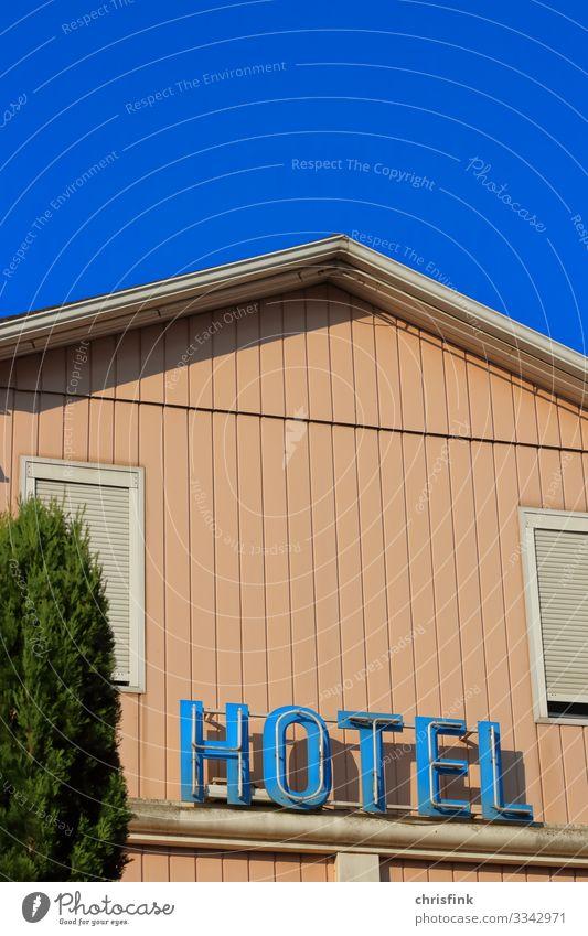 Hotel Leuchtreklame an Hauswand Lifestyle Freizeit & Hobby Ferien & Urlaub & Reisen Tourismus Sommer Sommerurlaub Verkehr Häusliches Leben Armut dreckig einfach