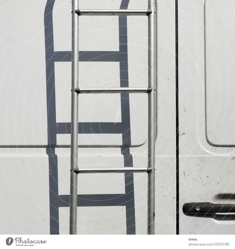 zur Dachterrasse oberfläche auto blech transporter tür linie design weiß grau metall lackiert bügel leiter schatten sonnig griff schloss