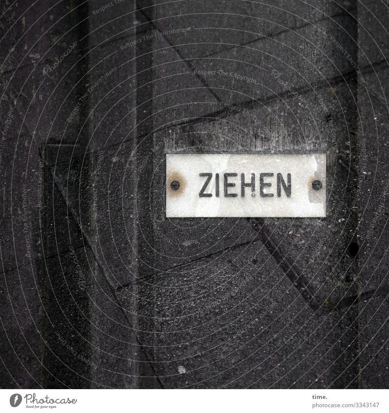 wie drücken, nur andersrum | Geschriebenes Tür Fußweg Bürgersteig Glas Schriftzeichen Schilder & Markierungen Hinweisschild Warnschild dunkel Stadt