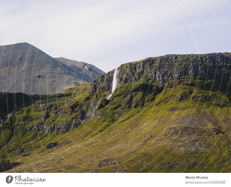 Wasserfall Skógafoss in Island im Sommer Umwelt Natur Landschaft Urelemente Erde Wassertropfen Wolkenloser Himmel Schönes Wetter Gras Felsen Abenteuer
