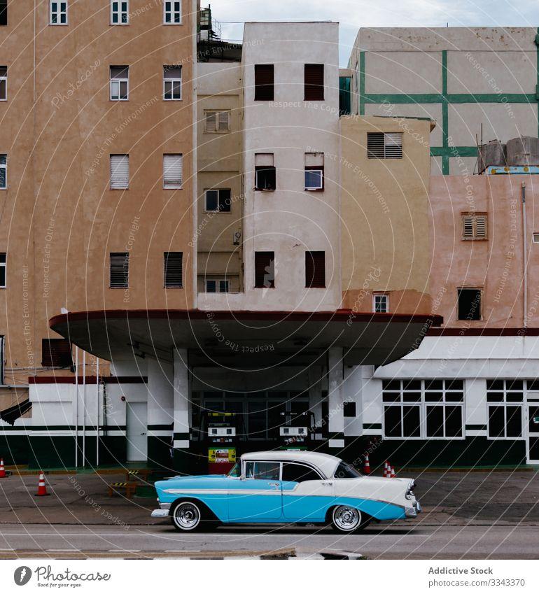 Stilvolles seltenes blaues Auto auf der Stadtstraße PKW Großstadt Tankstelle Straße Asphalt Gebäude Außenseite altehrwürdig retro Design urban Verkehr Fahrzeug