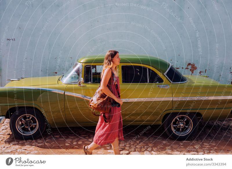 Touristin mit Rucksack in der Stadtstraße Frau Tourismus Großstadt Straße laufen schlendern Kleid Außenseite erkunden Kuba reisen Urlaub Feiertag Lifestyle