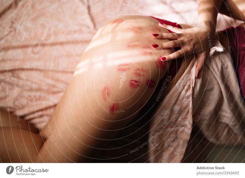 Nackte Frau berührt Körper und zeigt Lippenstiftküsse auf der Hüfte körperpositiv Liebe Kuss kurvenreich Dessous Harmonie Selbstwertgefühl Kraft Haut Schönheit