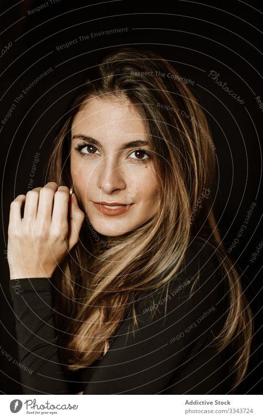 Frau berührt Gesicht und posiert vor der Kamera sinnlich lange Haare traumhaft Menschliches Gesicht Verlockung sanft schön langhaarig Make-up Mode Kosmetik