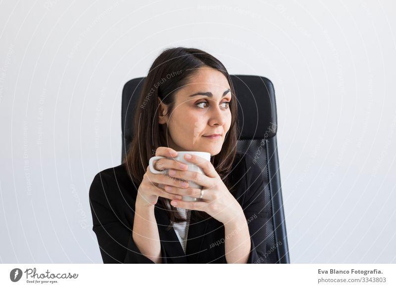 schöne junge Geschäftsfrau mit einer Tasse Kaffee in der Hand. Geschäftskonzept. Lebensstil. Innenräume Frau Computer Büro Jugendliche Notebook Mitarbeiter