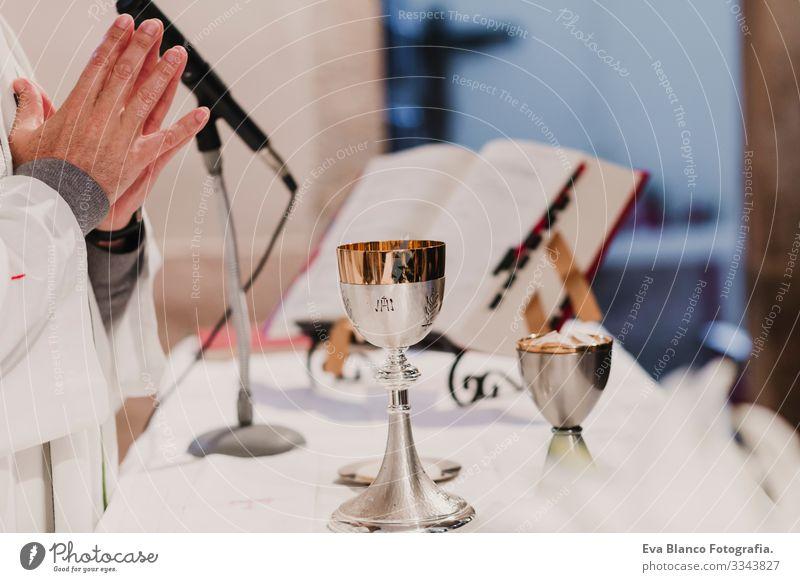nicht erkennbarer Priester während einer Hochzeitszeremonie Hochzeitsmesse. Konzept der Religion Körper Sakrament Liturgie Katholizismus Litanei Nahaufnahme