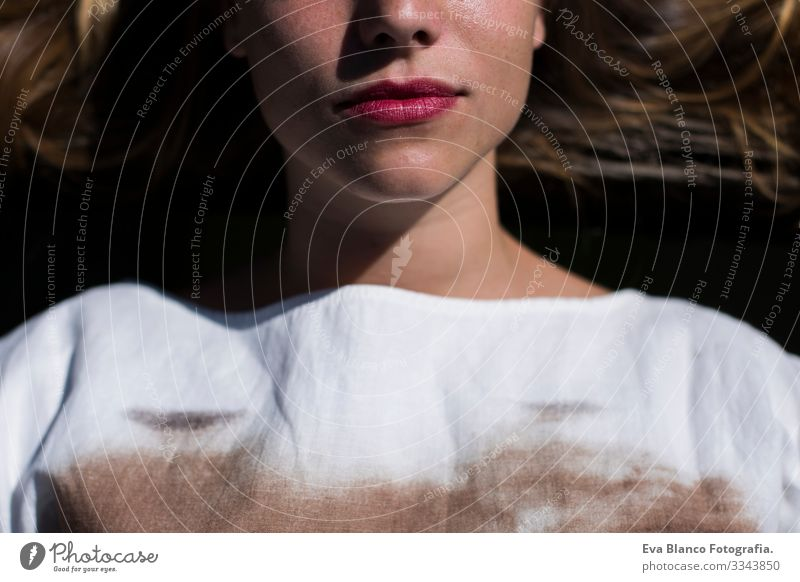 Nahaufnahme Halbes Gesicht schöne junge Frau. Rote Lippen. auf dem Boden liegend. Lebensstil Jugendliche Lippenstift verführerisch Stil Mädchen Haut genießen