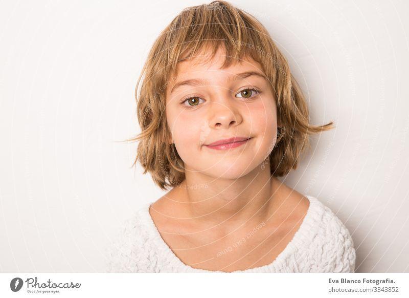 Studioporträt lächelndes Kind Porträt Freude niedlich Fröhlichkeit heiter schön klein Behaarung Außenaufnahme Gesicht Mädchen Kindheit Kaukasier Lächeln