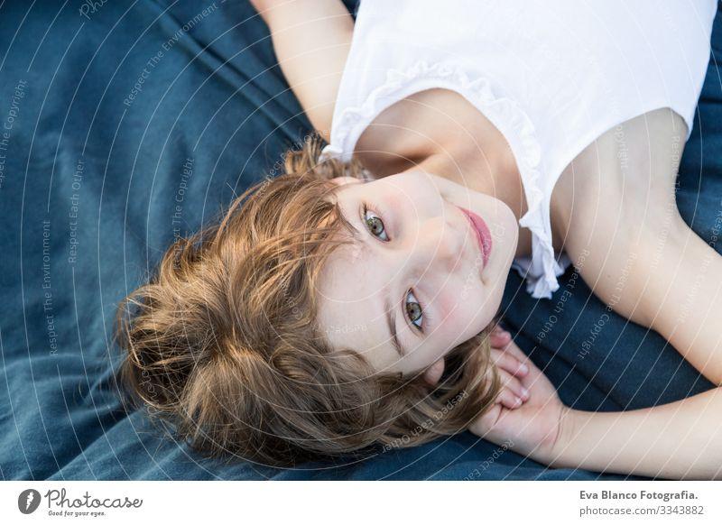 Porträt eines schönen Mädchens im Freien Freude Kind niedlich Fröhlichkeit heiter klein Behaarung Außenaufnahme Gesicht Kindheit Kaukasier Lächeln Jugendliche