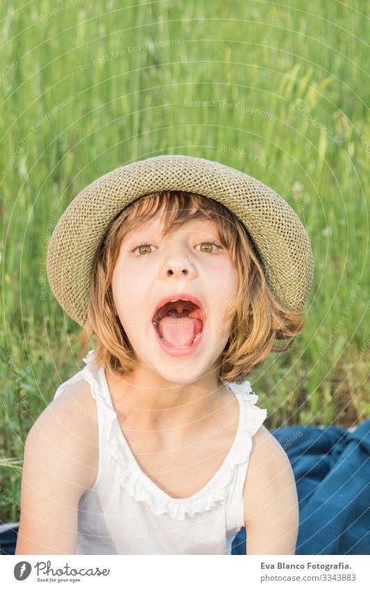 schönes Porträt eines Mädchens im Freien Freude Kind niedlich Fröhlichkeit heiter klein Behaarung Außenaufnahme Gesicht Kindheit Kaukasier Lächeln Jugendliche