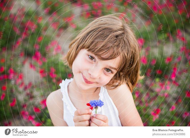Porträt im Freien - Kind lächelt Freude niedlich Fröhlichkeit heiter schön klein Behaarung Außenaufnahme Gesicht Mädchen Kindheit Kaukasier Lächeln Jugendliche