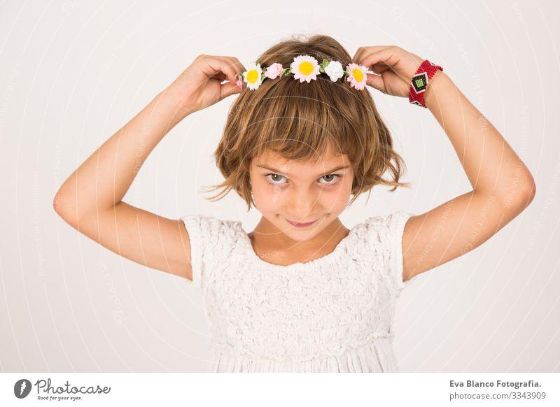 Nahaufnahme eines Innenraums. Schönes Kind lächelt, weißer Hintergrund Porträt Freude niedlich Lifestyle-Glück heiter schön klein Behaarung Innenaufnahme