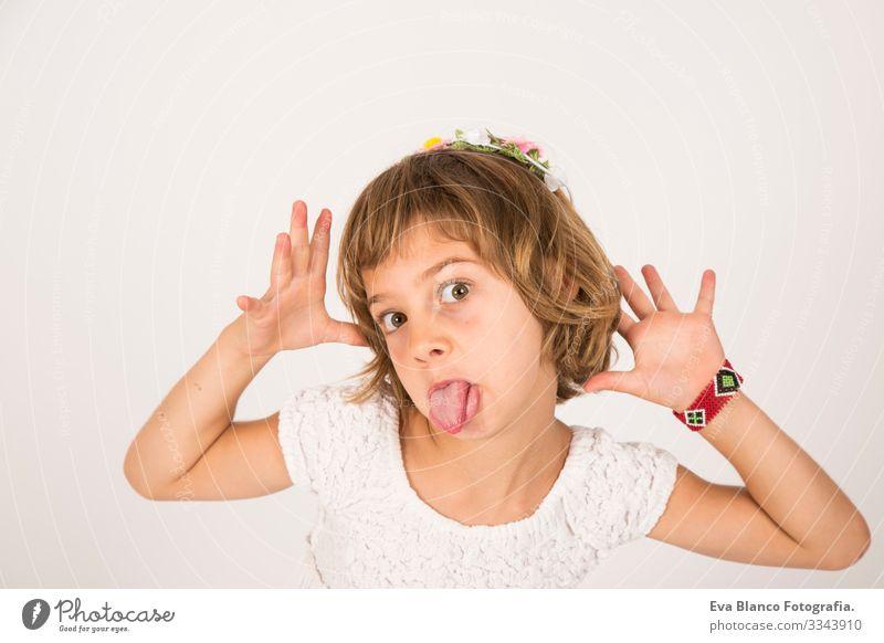 Kleines Mädchen mit komischer Gesichtszunge draußen auf weißem Hintergrund Porträt Freude Kind niedlich Lifestyle-Glück heiter schön klein Behaarung
