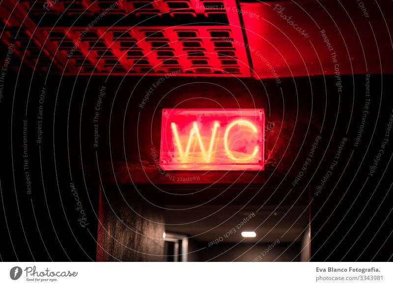 rotes WC-Zeichen an einer Wand, innen wc Leuchtdiode neonfarbig Nacht im Innenbereich Club Raum Gebäude elektronische Post gewölbt Metall Warnschild