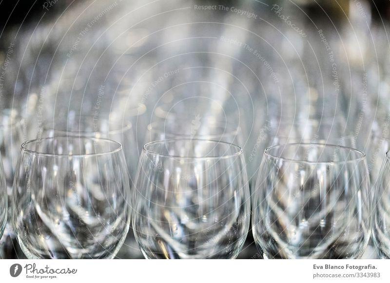 Weinglas bei der Ausstellung auf dem Tisch. Hochzeitsdécor Wiederholung Restaurant Glas Toastbrot Feste & Feiern Alkohol ausleeren trinken Reihe Muster Mensch