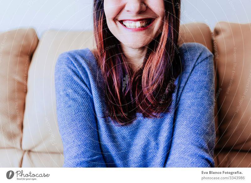 Nahaufnahme eines Porträts einer jungen Frau, die lacht. Spaß zu Hause, drinnen täuschend Grimassen schneiden Lächeln Schminke Nizza Freude attraktiv Mode Dame