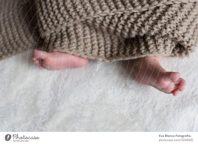 Nahaufnahme eines Babyfußes lieblich Fuß niedlich neugeboren Zeh klein Kind unschuldig Kaukasier weich Beautyfotografie weiß Liebe Fürsorge schön Gesundheit süß