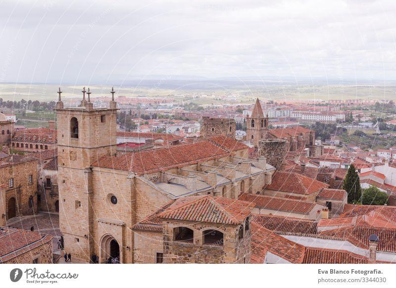 Luftaufnahmen der schönen Stadt Caceres, Spanien. Steinerne Festungsstadt. Vorne die Kathedrale. Bewölkter Himmel Katholizismus historisch Statue