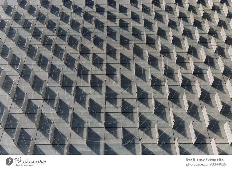 Vorderansicht eines Musterschattens in einem Gebäude. Architektur. Horizontal Design abstrakt Aussicht Schatten Vorderseite Gehäuse horizontal Block