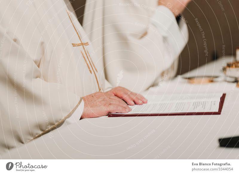 nicht erkennbarer Priester mit dem Kelch in der Hand während der Hochzeitsmesse. Konzept der Religion Jesus Ritual Protestant modern göttlich Tasse Eucharistie
