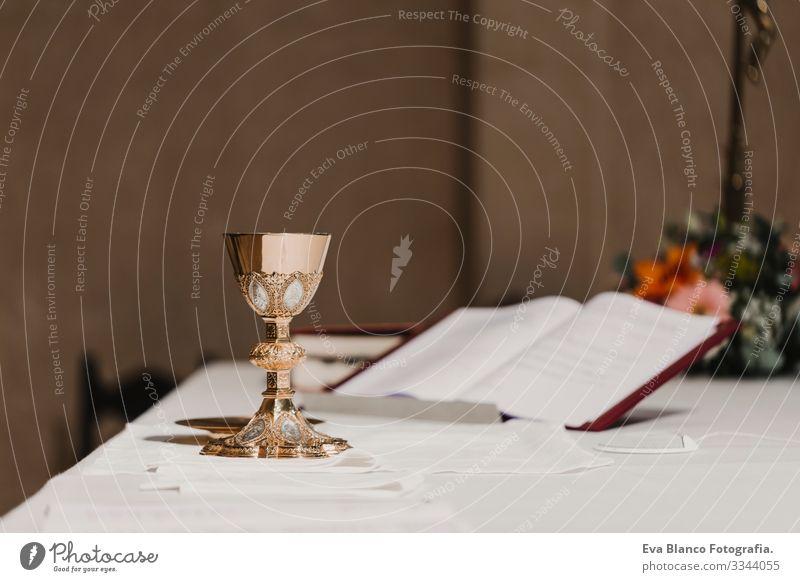 Weinkelch auf dem Tisch während einer Hochzeitszeremonie und der Hochzeitsmesse. Konzept der Religion Jesus Ritual Protestant modern göttlich Tasse Eucharistie