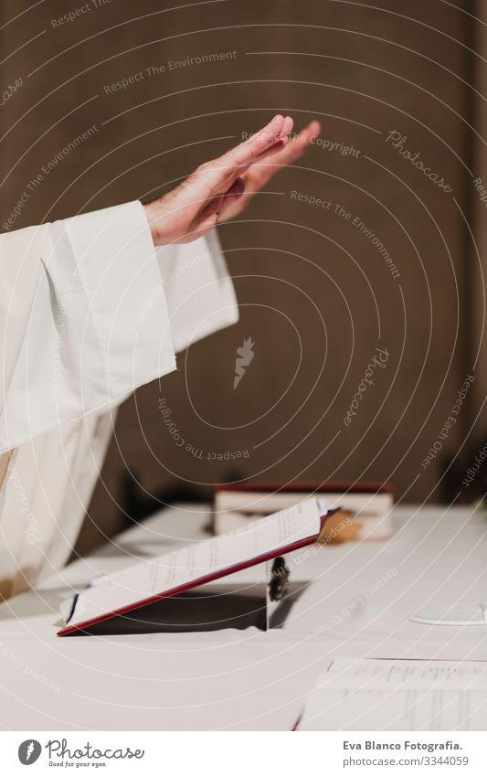 nicht erkennbarer Priester mit dem Kelch in der Hand während einer Hochzeitsmesse. Konzept der Religion Jesus Ritual Protestant modern göttlich Tasse