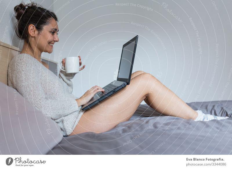 junge Frau, die Kaffee trinkt und am Laptop arbeitet Notebook Jugendliche Lifestyle Computer Tasse lässig Internet Business Vernetzung Arbeit & Erwerbstätigkeit