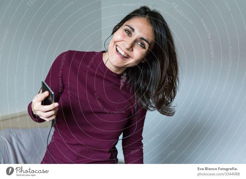 junge Frau, die am Telefon Musik hört hören Jugendliche Lifestyle lässig Internet sozial Bett Haus heimwärts Schlafzimmer Morgen Erholung gemütlich schön