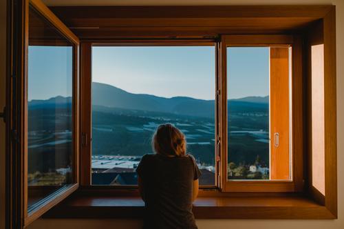 Morgenromantik in Italien morgens Frühstück aufstehen fenster mädchen frau blick panorama alpen berge himmel Blick nach vorn stimmung dunst sommer sonne italien