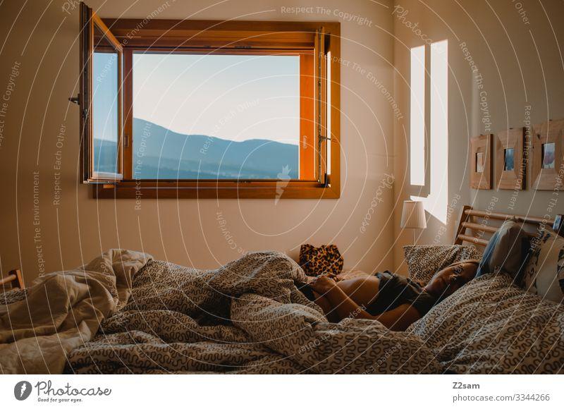 Junge Frau Morgens im Bett schlafen aufstehen morgen Schlafzimmer Müdigkeit Bettwäsche aufwachen Bettdecke Erholung Farbfoto Decke träumen verschlafen