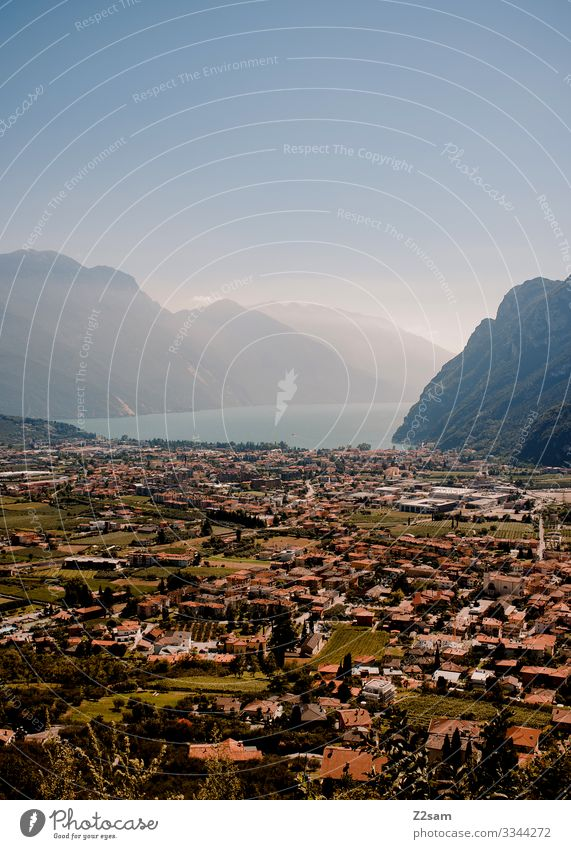 Garda + Gardasee alpenüberquerung gardasee mountainbike mtb transalp stadt dorf panorama aussicht blauer himmel schönes wetter sommer sonne dunst berge
