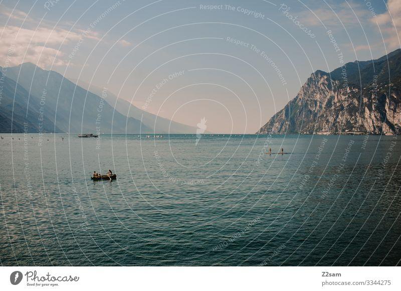 Bunters Treiben auf dem Gardasee gardasee baden wasser bergsee Berge u. Gebirge Farbfoto Italien Sommer Ferien & Urlaub & Reisen Natur Landschaft Seeufer sup