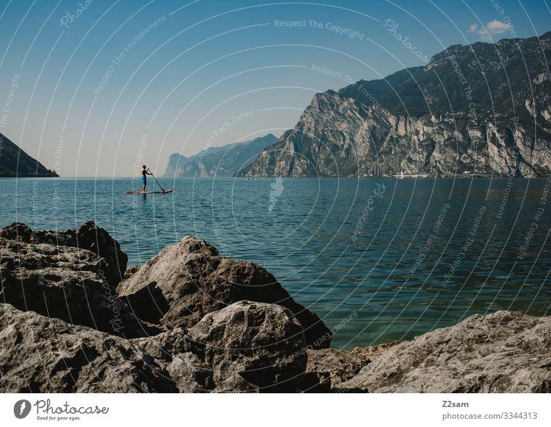 SUP auf dem Gardasee | Torbole gardasee See Seeufer Wasser Wassersport steine felsen natur blau geb Berge u. Gebirge Außenaufnahme Farbfoto Natur Landschaft